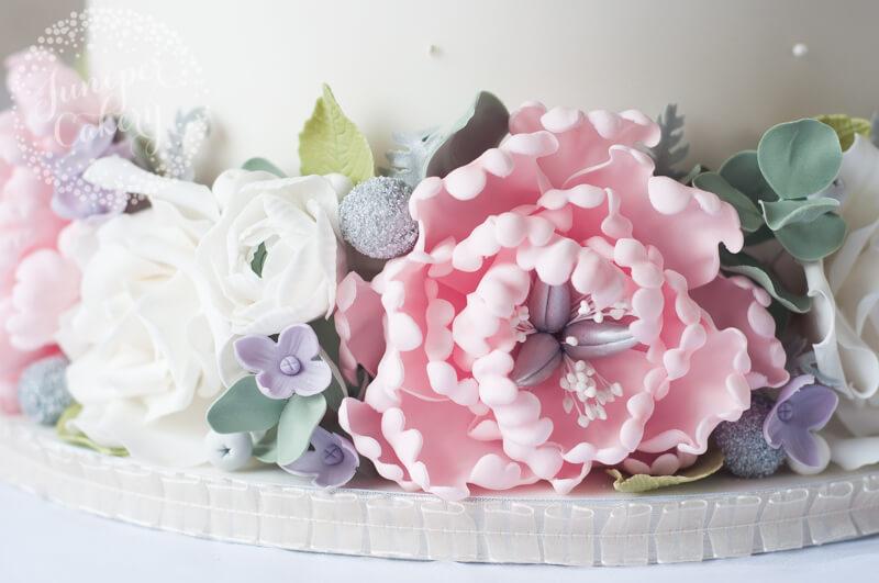 Sugar peony flowers by Juniper Cakery