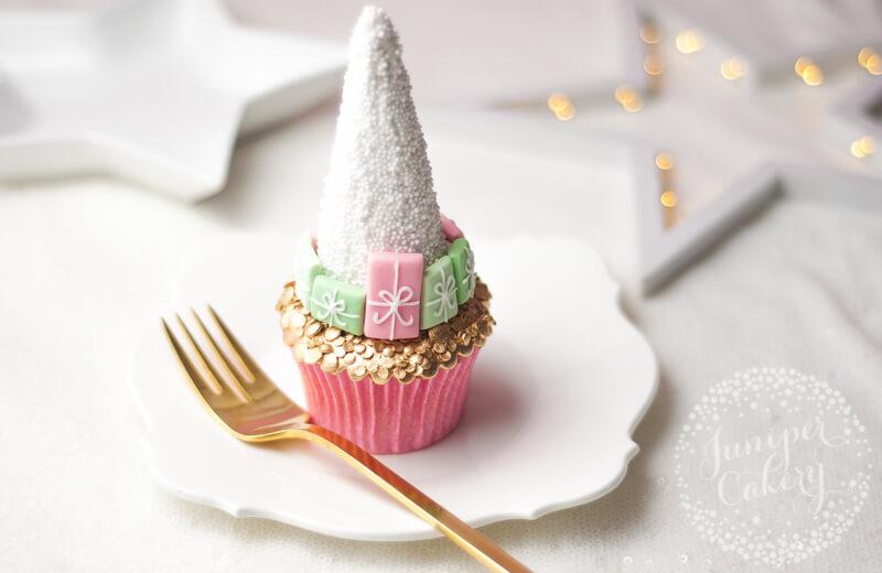 Chic Christmas tree cupcake tutorial by Juniper Cakery