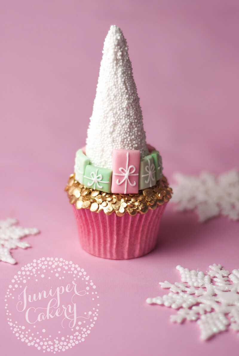 Pretty Christmas cupcake tutorial by Juniper Cakery