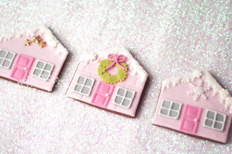 Cute gingerbread house cookie tutorial by Juniper Cakery via Craftsy.com