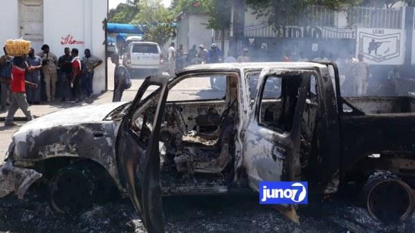 Matinée de tension, 6 véhicules incendiés, les 5 policiers libérés