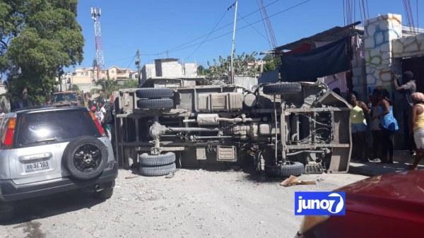 Circulation paralysée entre Delmas 75 et Vivy Mitchell, un camion a chaviré en travers de la route