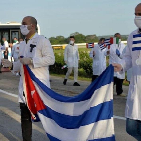"""Cuba attend ses médecins """"héros"""" déployés dans le monde pour combattre le covid-19"""
