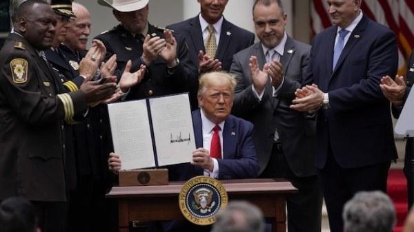 Donald Trump prend un décret sur la réforme partielle de la police