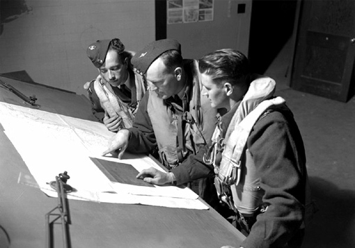 Le commandant d'escadron N.E. Small (au centre) et des membres de son équipage.