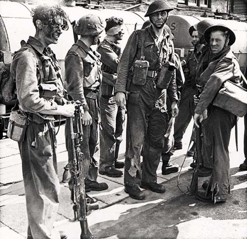 Épuisés mais toujours en vie, ces hommes sont heureux de retrouver le sol anglais après avoir vécu les 9 heures infernales qu'a duré le raid de Dieppe.
