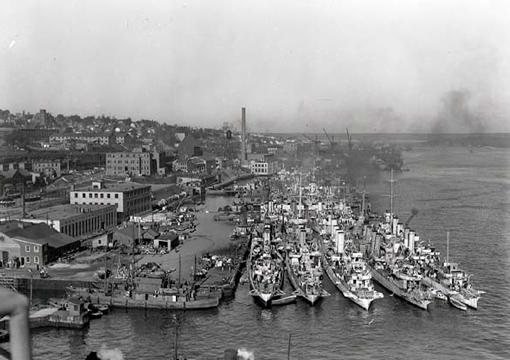 Des destroyers et des corvettes de la MRC et de la Royal Navy sont amarrées à la Jetée No 4 au port de Halifax, le 16 octobre 1942.