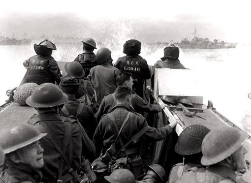 Un LCA vient de quitter le navire canadien NCSM Prince Henry pour débarquer des troupes sur les plages de Normandie.