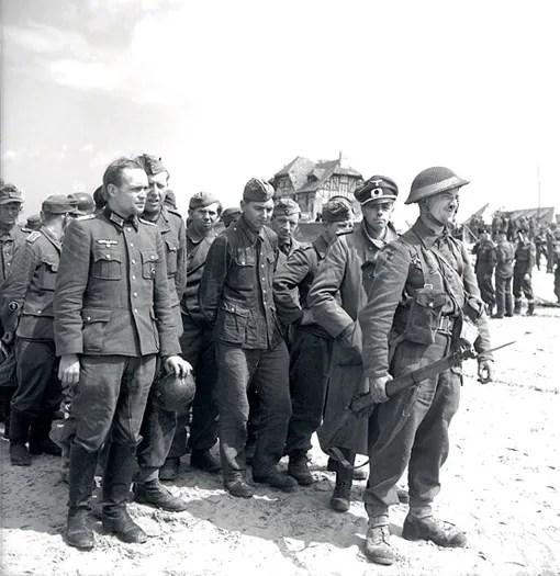 Deux officiers allemands font partie d'un groupe de prisonniers qui se sont rendus aux Canadiens à Courseulles, le 6 juin 1944.