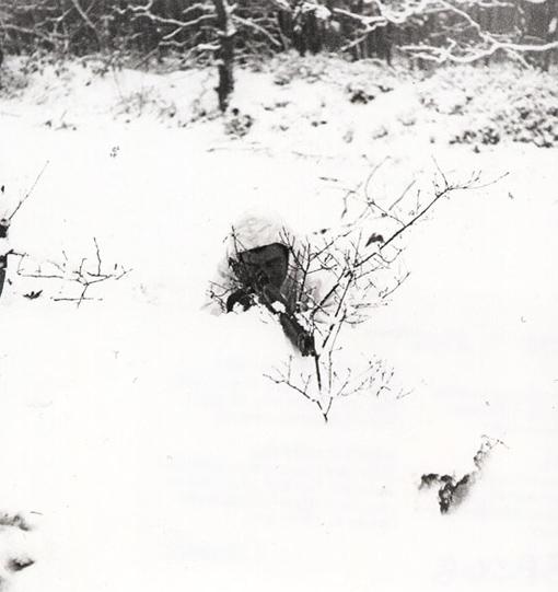 Le caporal R.N. Dyer, du Queen's Own Rifle, en position de tir lors d'une patrouille nocturne dans la région de Nimègue aux Pays-Bas, le 2 janvier 1945.