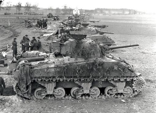 Des chars Sherman de la 4e Division blindée en position de départ près de Sonsbeck en Allemagne, le 9 mars 1945.