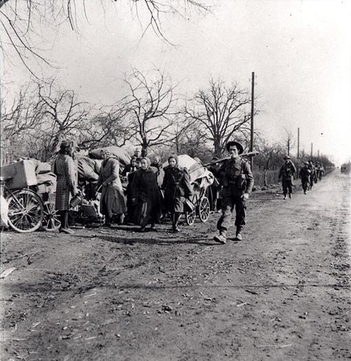 Des soldats canadiens passent à côté de réfugiés allemands sur les routes à proximité de Xanten en Allemagne, le 9 mars 1945.