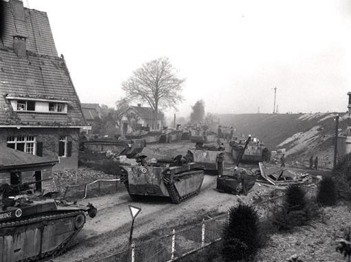 Des amphibies Buffalo traversent la rivière Ijssel près de Westervoort aux Pays-Bas, pendant que le chargement des véhicules blindés se poursuit, le 13 avril 1945.