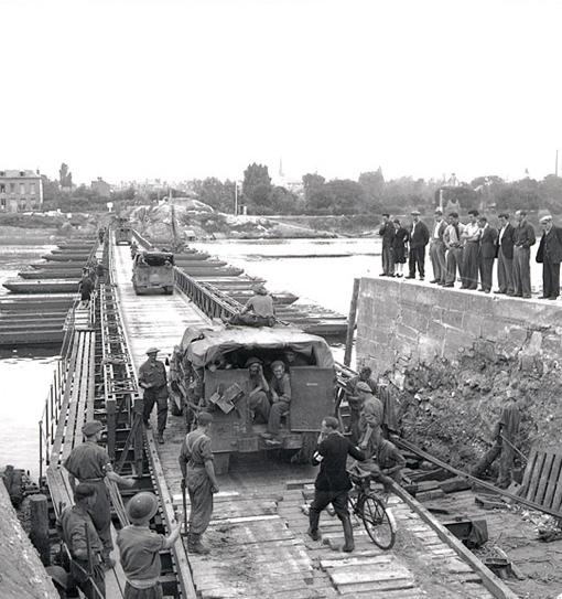 Les véhicules de la 4e Division blindée canadienne traversent la Seine sur un pont flottant près d'Elbeuf, le 28 août 1944.