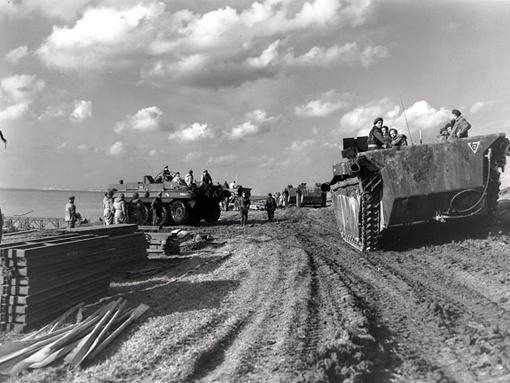 Une colonne d'Alligators passe devant des véhicules amphibies Terrepin sur l'Escaut, près de Terneuzen, le 13 octobre 1944.