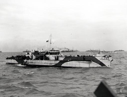 Le LCI(L) 299 de la 2e Flottille canadienne transporte des membres de la 9e Brigade canadienne d'infanterie vers les plages normandes, le 6 juin 1944.