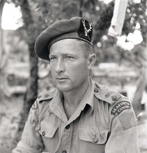 Le lieutenant-colonel B.M. Hoffmeister, officier commandant du régiment des Seaforth Highlanders of Canada, en Sicile, août 1943.