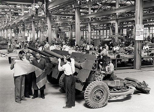 Workmen constructing 25-pounder guns in Sorel, 1941.