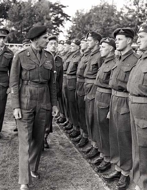Le lieutenant-général Guy Simonds passe en revue les troupes du 2e Corps canadien à Meppen, en Allemagne, le 31 mai 1945.