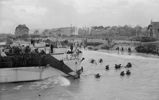 Débarquement des Stormont, Dundas & Glenngarry Highlanders à Bernières-sur-Mer, le 6 juin 1944.PA-131506