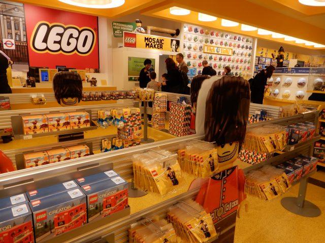 """As esculturas com peças de Lego expostas na vitrine e no interior da loja  são monumentais com milhares de pecinhas, tem um vagão inteiro do  """"Underground"""", ... 93be3e01a0"""