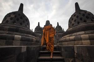 Seorang biksu melakukan ziarah di Candi Borobudur, Magelang, Jateng, Jumat (20/5). Ziarah yang diikuti oleh para biksu dan umat Budha itu guna merefleksikan ajaran Sang Budha serta untuk menyambut Waisak 2560 BE/2016. ANTARA FOTO/Andreas Fitri Atmoko/aww/16.