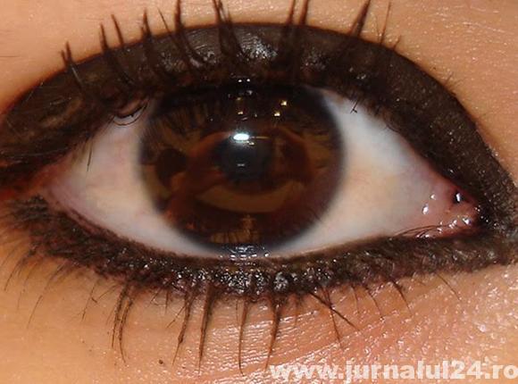ochi dermatograf inchis