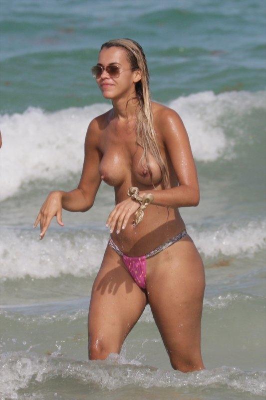 Juliana Reis şi Veronica Moreira Basso toplesss
