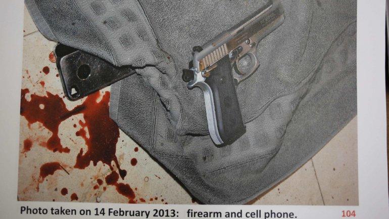 Arma folosită de campionul Paralimpic pentru a o ucide pe iubita sa Reeva Steenkamp în noaptea de 14 februarie 2013 şi urmele de sânge de pe ea.