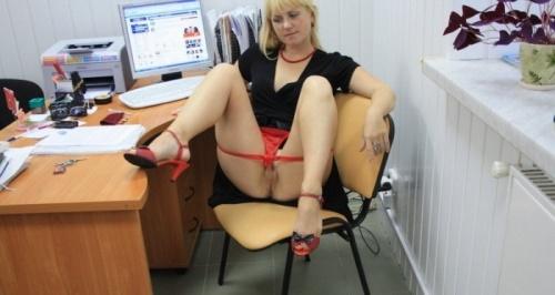 femeie goala la birou