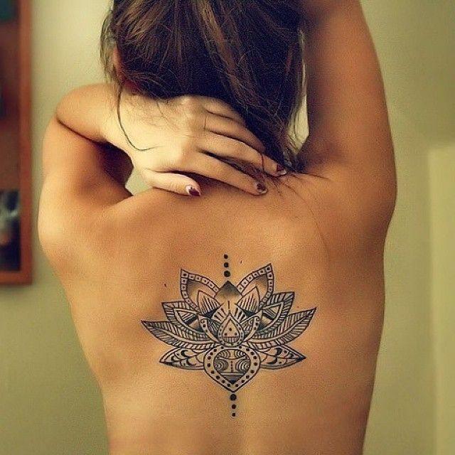 tatuaj in mijlocul spatelui