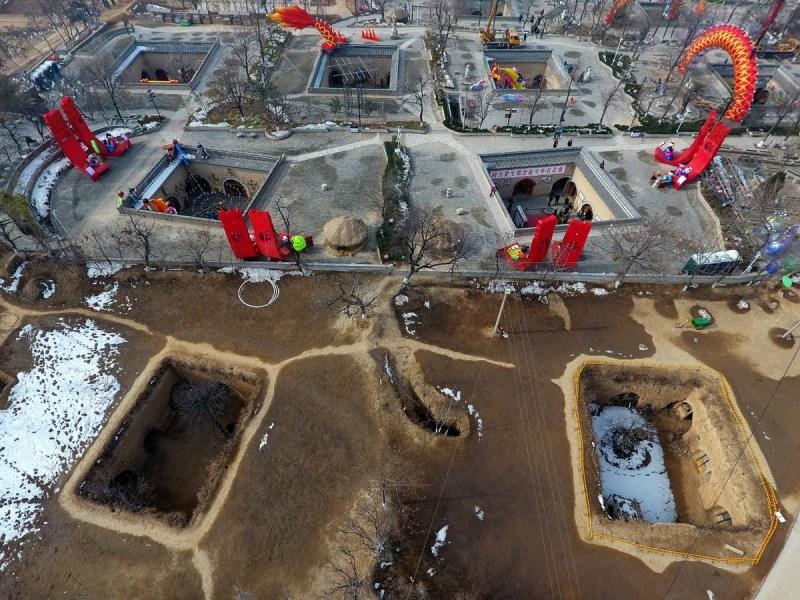 Acești Chinezi locuiesc în gropi săpate în pământ de peste 4000 de ani
