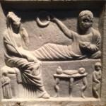 Foto: Steinplatte mit Zeugen der Antike