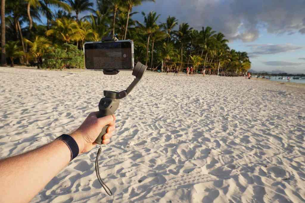 Einfache Einrichtung: Nach nur wenigen Sekunden ist der Smartphone-Gimbal mit dem Mobilgerät verbunden und startklar. Foto: Sascha Tegtmeyer