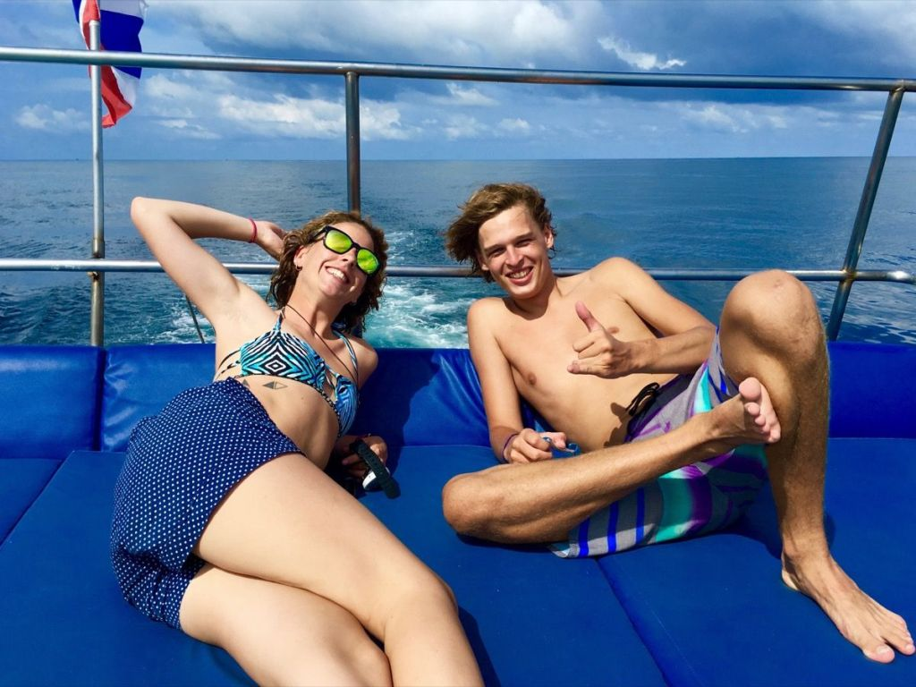 Chillen auf dem Deck des Tauchschiffs: zwei Guides der Haad Yao Divers. Foto: Sascha Tegtmeyer