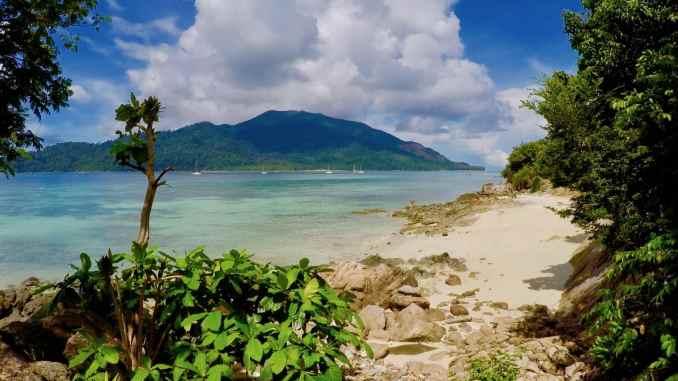 Namenloser Traumstrand: viele Buchten könnten das Ranking der schönsten Strände Thailands problemlos anführen. Foto: Sascha Tegtmeyer