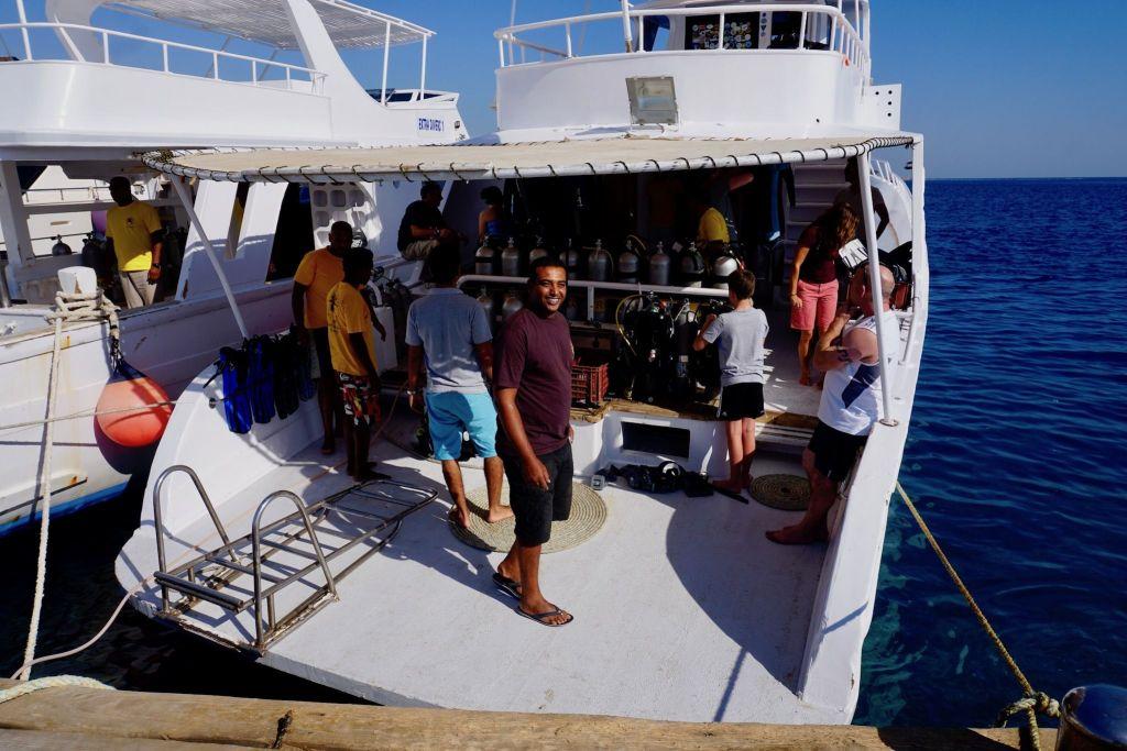 Mit einem Tagesboot der Extra Divers geht es zu den Tauchplätzen. Foto: Sascha Tegtmeyer