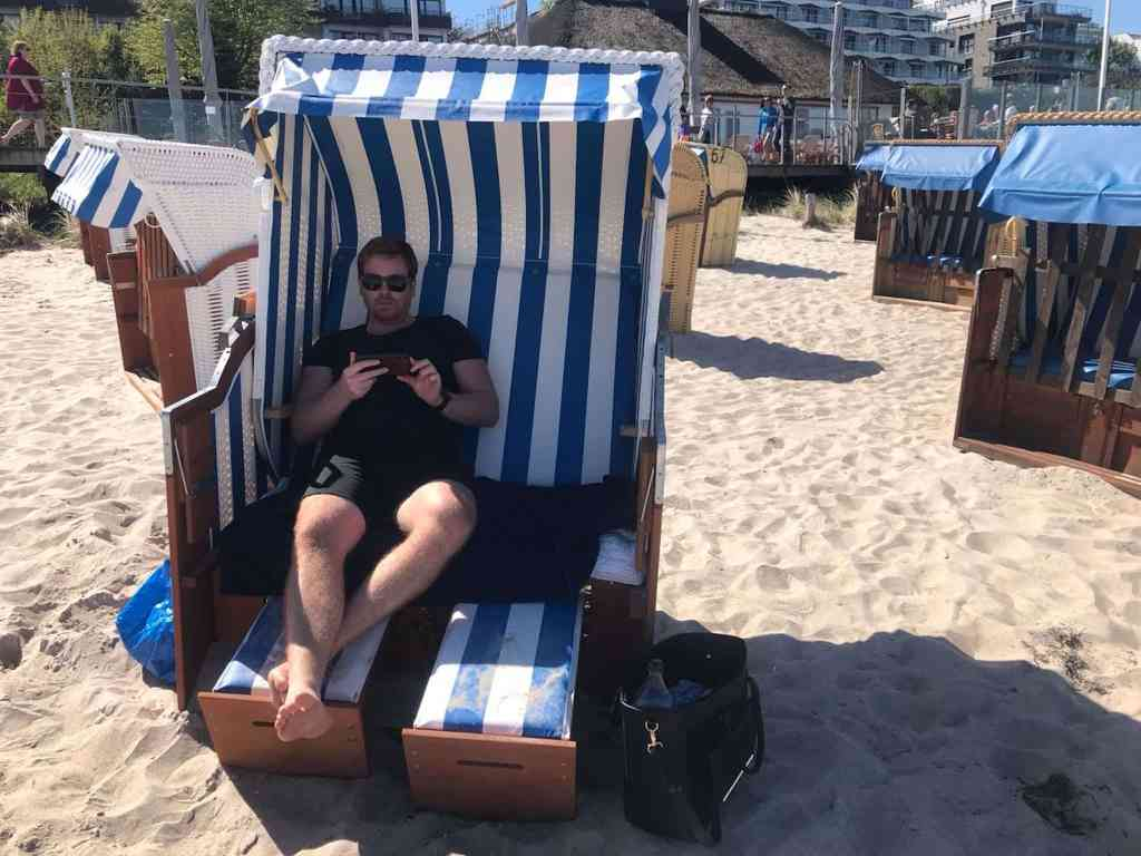 Funktioniert einfach: Auch im Urlaub vom Strandkorb aus hat man mit der IP-Cam alles im Griff. Foto: Luisa Praetorius