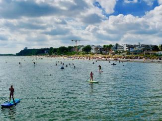 SUP in Scharbeutz: Many Stand Up paddlers are on the move near the pier. Photo: Sascha Tegtmeyer