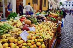 Auf dem Markt in Madeira gibt es köstliche exotische Früchte. Foto: Sascha Tegtmeyer