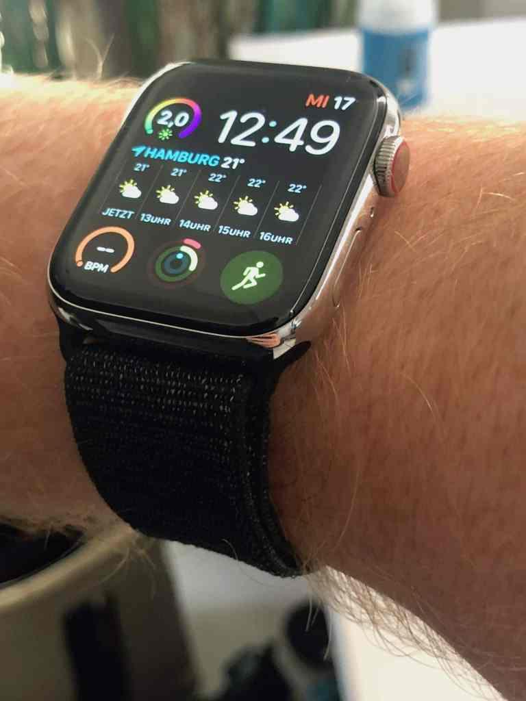 Apple Watch Series 4 mit Sportarmband: die Smartwatch ist von hinten bis vorn auf Gesundheit, Sportlichkeit und Aktivität getrimmt. Foto: Sascha Tegtmeyer