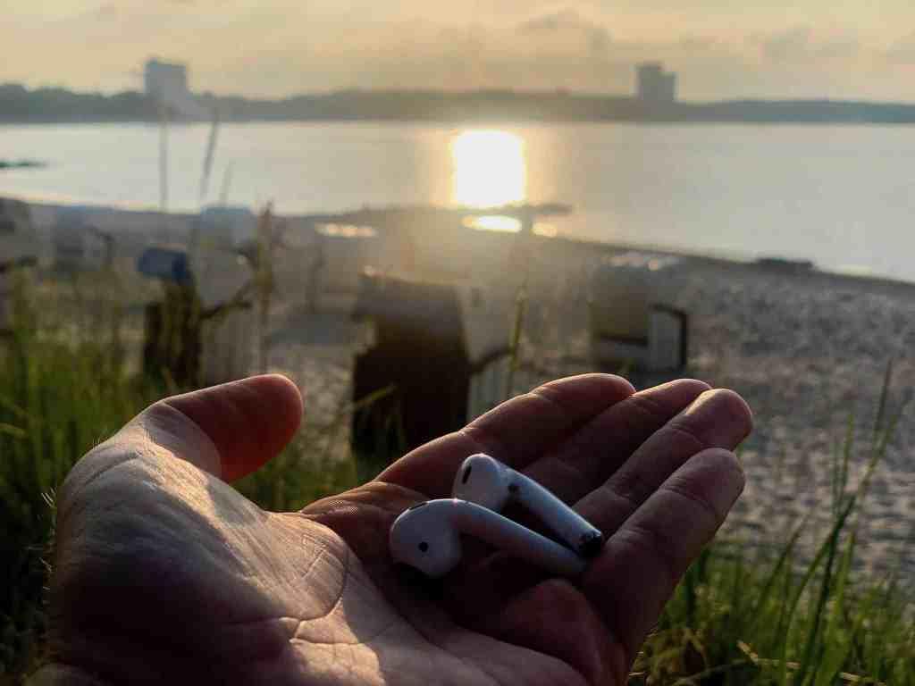 AirPods im Test: beim Sport sitzen die kleinen weißen Ohrhörer manchmal etwas locker. Foto: Sascha Tegtmeyer