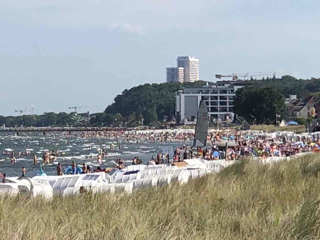 Voll, voller, Hochsommer in Scharbeutz: an manchen Sommertagen bekommt man am Strand keinen Fuß mehr an den Boden. Foto: Sascha Tegtmeyer