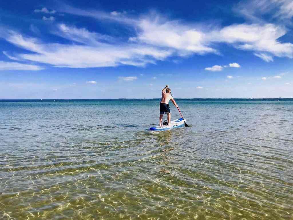 Mit dem SUP Board in Scharbeutz auf die Ostsee – einfach ein herrliches Vergnügen. Foto: Luisa Praetorius