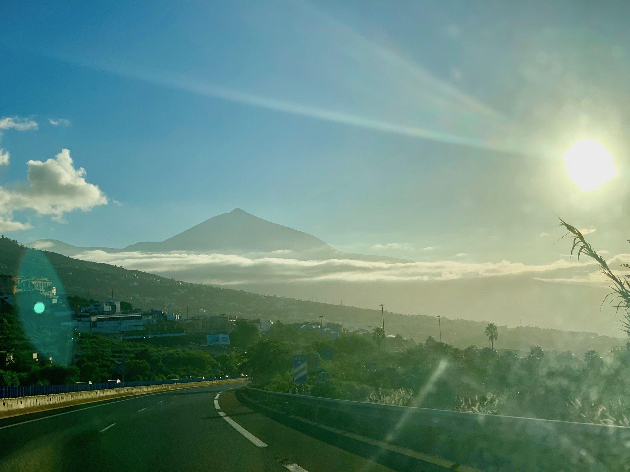 Kaum hat man das Hochplateau im Norden von Teneriffa passiert, erwarten einen spektakuläre Ausblicke auf die Nordseite der Insel. Foto: Luisa Praetorius