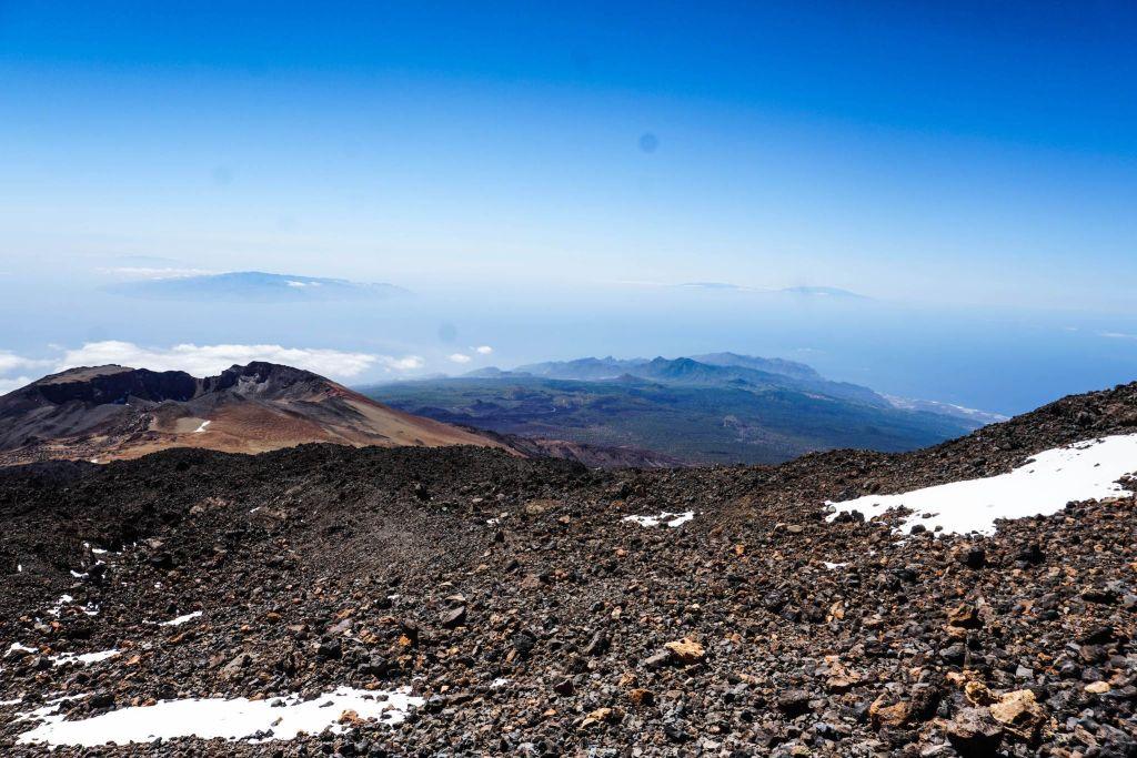 Blick vom Teide-Gipfel in 3718 Metern Höhe auf die anderen Kanareninseln – hier gibt es sogar Schnee im Sommer. Foto: C. Jörg Metzner