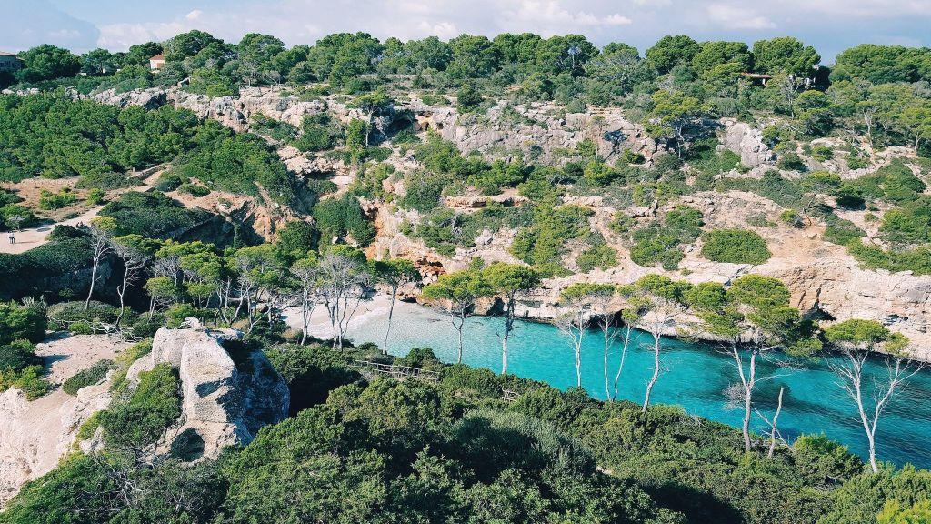 Bucht auf Mallorca: Klares türkises Wasser und unheimlich schöne Strände erwarten Euch. Foto: Unsplash