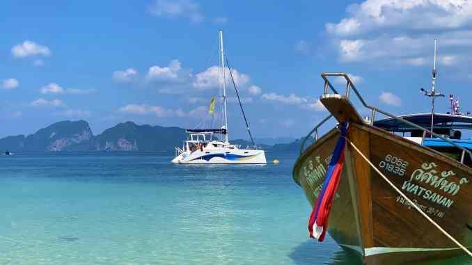 Segelurlaub in Thailand: beim Mitsegeln ab Phuket könnt Ihr die Trauminseln der Andamanensee entdecken – Just Wanderlust hat das einmal für Euch ausprobiert. Foto: Sascha Tegtmeyer