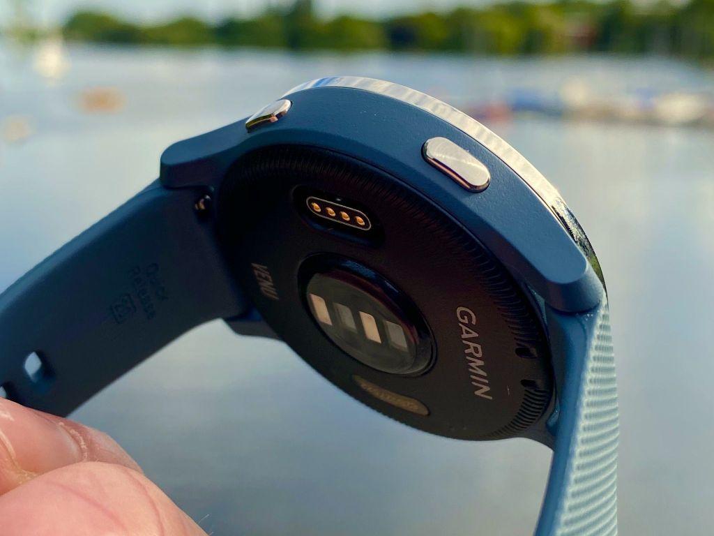 Der optische Herzfrequenzsensor auf der Unterseite der Garmin Venu ermittelt zuverlässig die Herzfrequenz. Foto: Sascha Tegtmeyer