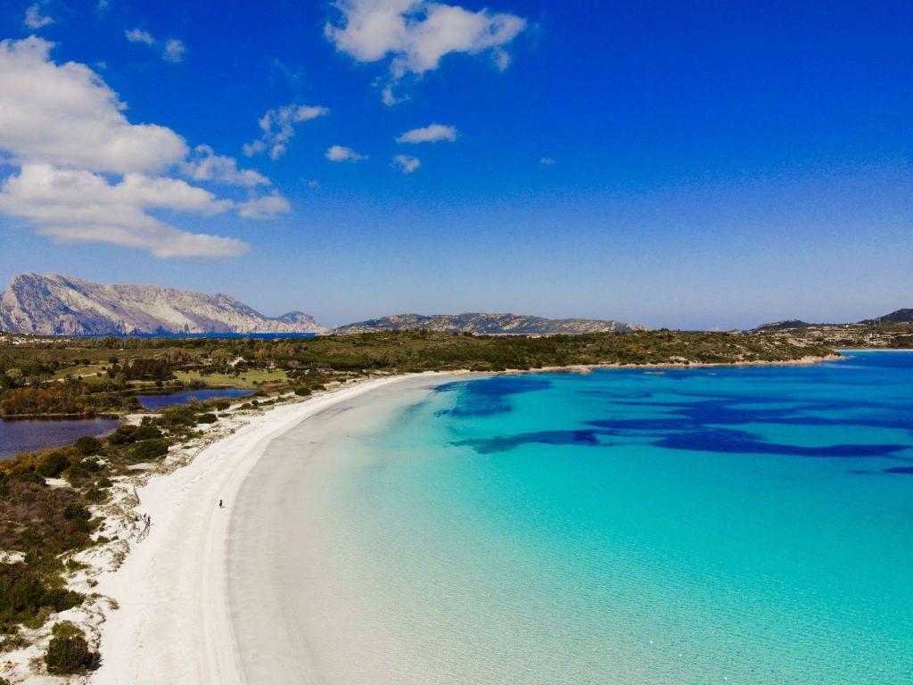 Ganz allein am Traumstrand: In der Nebensaison auf Sardinien könnt Ihr idyllische Buchten entdecken. Foto: Sascha Tegtmeyer